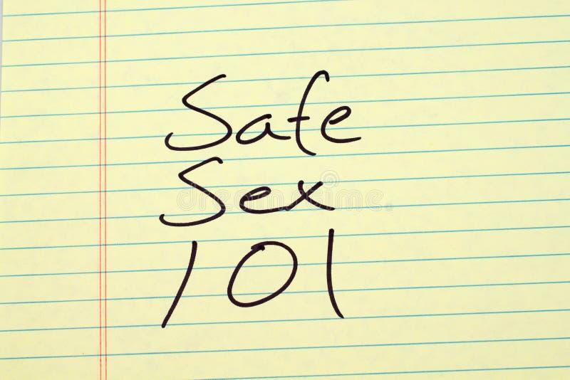 Безопасный секс 101 на желтой законной пусковой площадке стоковое фото