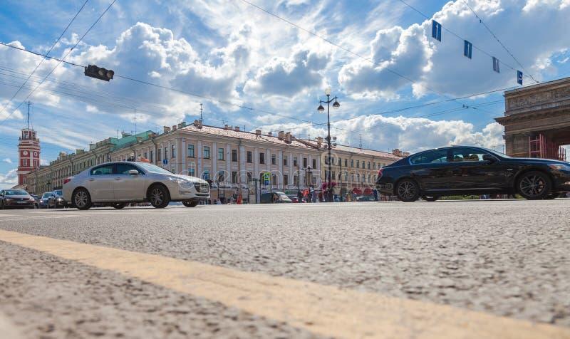 Безрельсовый транспорт двигает вдоль перспективы Nevsky в Санкт-Петербурге стоковая фотография rf