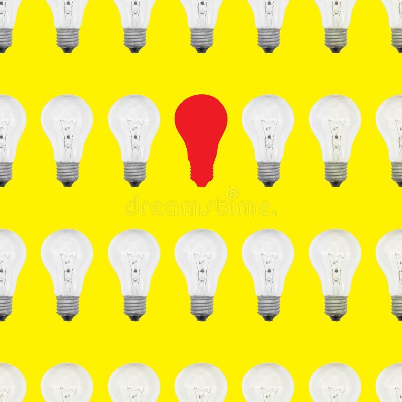 Безшовная картина электрических лампочек с одной красной видной лампой стоковое фото rf