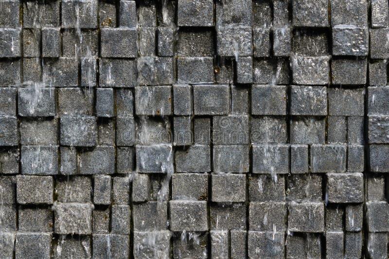 Безшовная предпосылка каменной стены с нерезкостью падения воды движения - стоковое фото