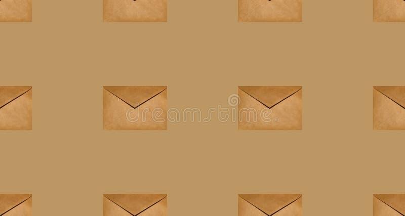 Безшовная текстура загерметизированных конвертов ремесла на бежевой предпосылке стоковые изображения