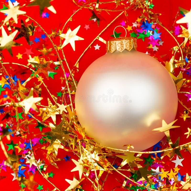 Безделушка рождества на красной предпосылке стоковые фото