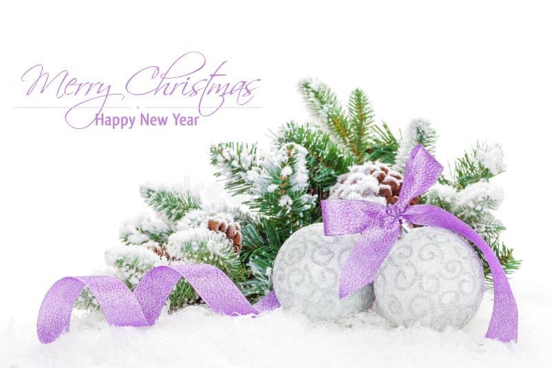 Безделушки рождества и фиолетовая лента с елью снега стоковые фото