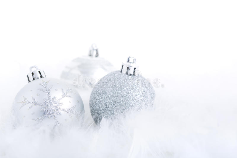 Безделушки рождества на пернатой ярко освещенной поверхности, стоковое изображение rf