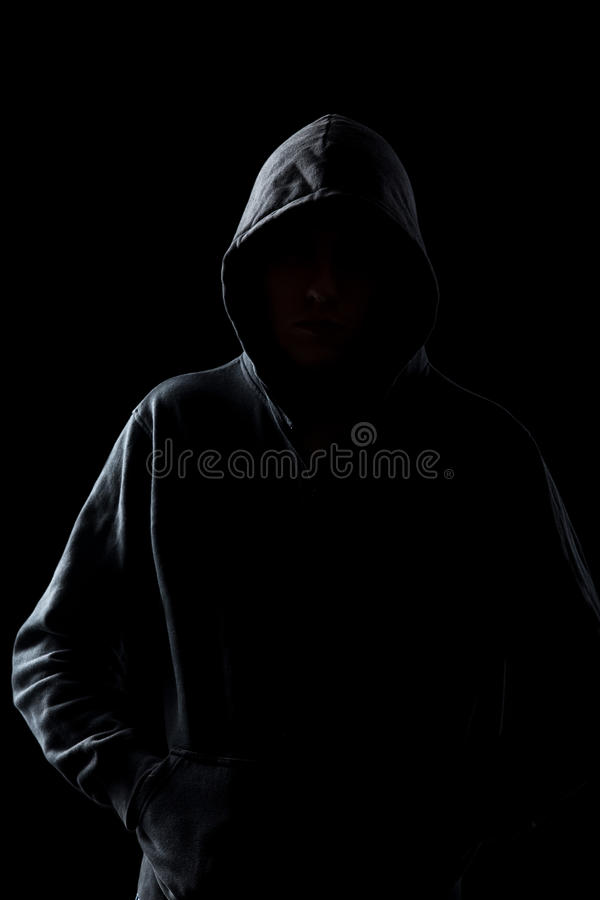 Безликий парень в hoodie в темноте стоковое изображение rf