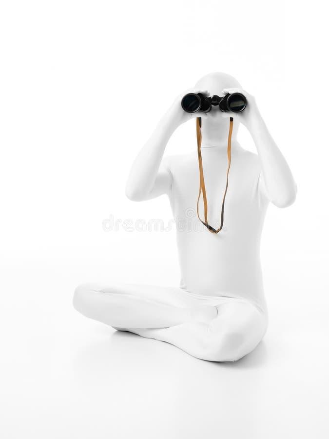 Безликий человек с биноклями стоковые фото