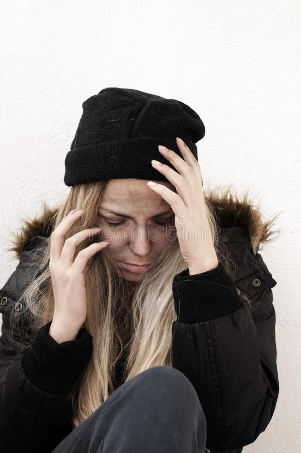 Бездомная девушка стоковые фото