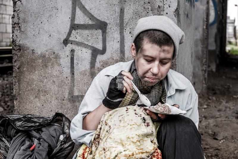 Бездомная еда женщины стоковые изображения
