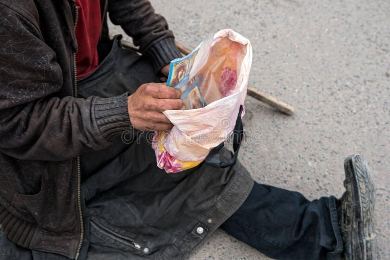 Бездомная женщина на улице стоковые изображения rf