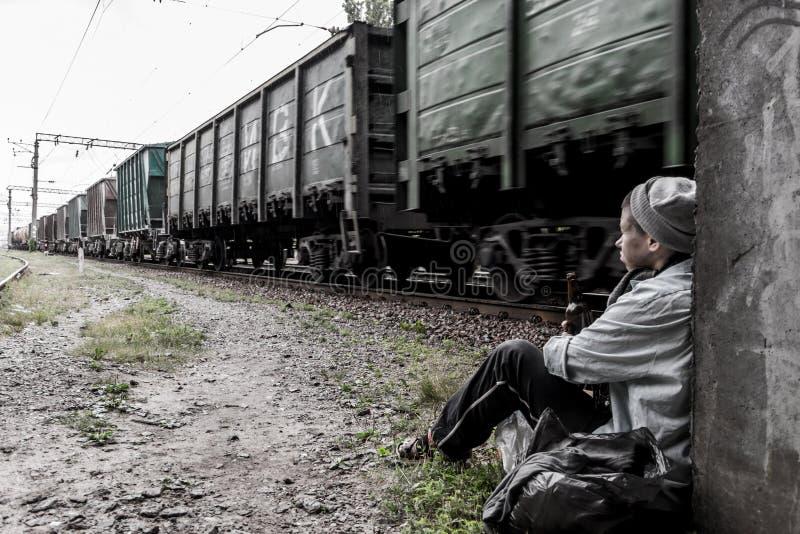 Бездомная женщина около рельсового пути стоковое изображение rf