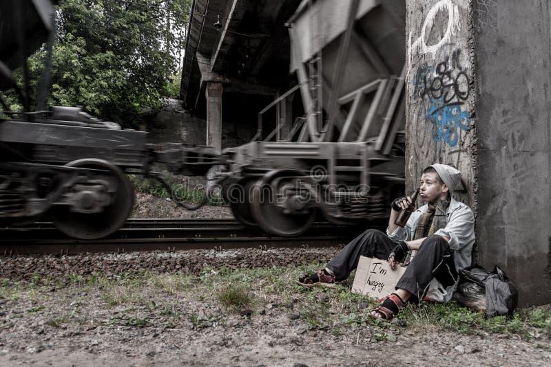 Бездомная женщина около рельсового пути стоковое фото rf