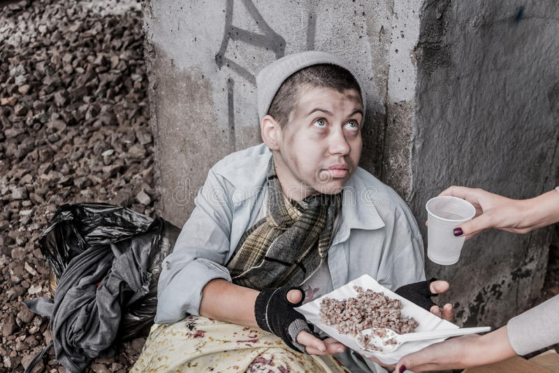 Бездомная женщина получая помощь стоковые фотографии rf