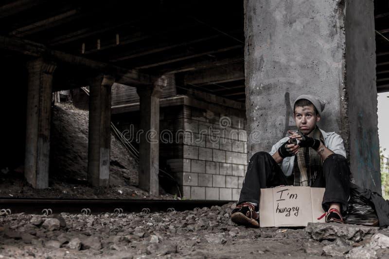 Бездомная молодая женщина стоковое изображение rf