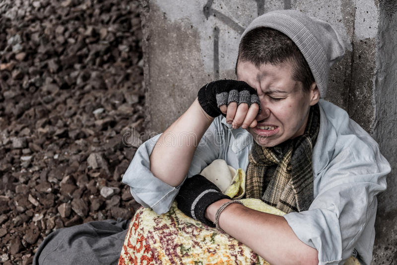 Бездомная отчаянная женщина стоковое изображение rf
