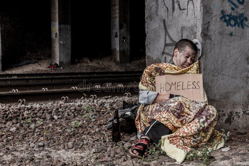 Бездомные как под мостом стоковые фотографии rf