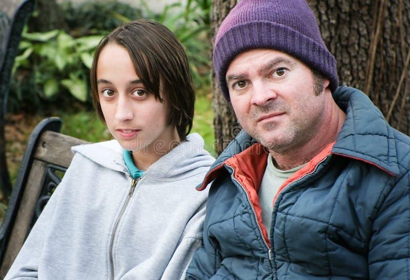 Бездомные отец и сын стоковые фото
