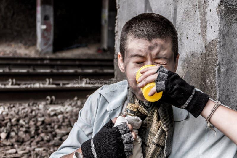 Бездомный выпивать женщины стоковое фото