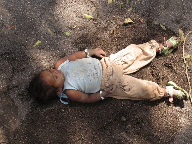 Бездомный спать ребенка стоковое фото rf