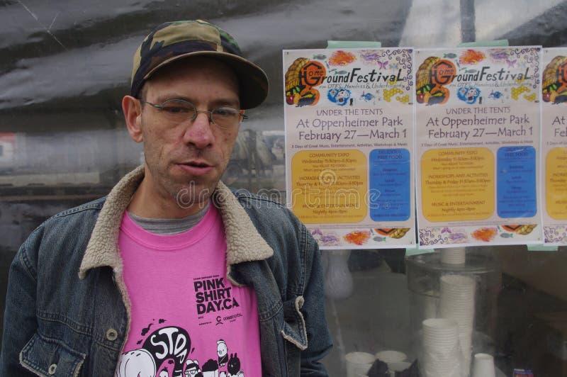 Бездомный человек плакатом стоковые фото