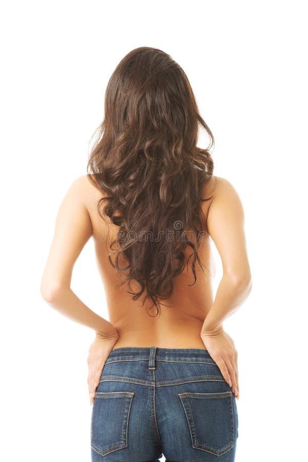 Без рубашки женщина касаясь ее бедрам стоковые изображения rf