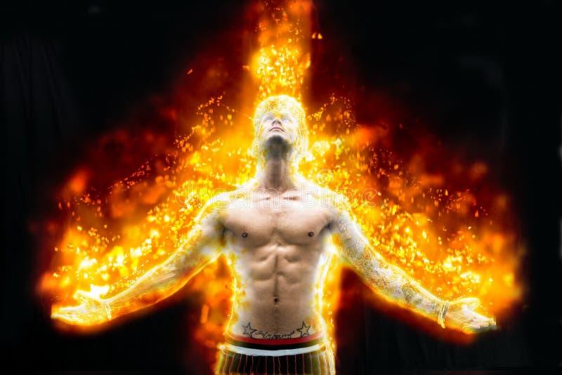 Без рубашки молодой человек горя в ярком огне стоковые изображения