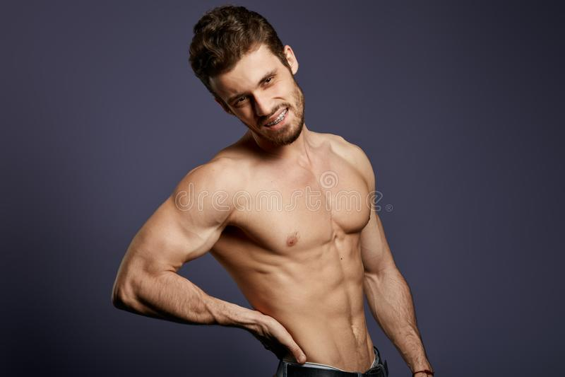 Без рубашки молодой человек страдая от backache стоковое изображение rf