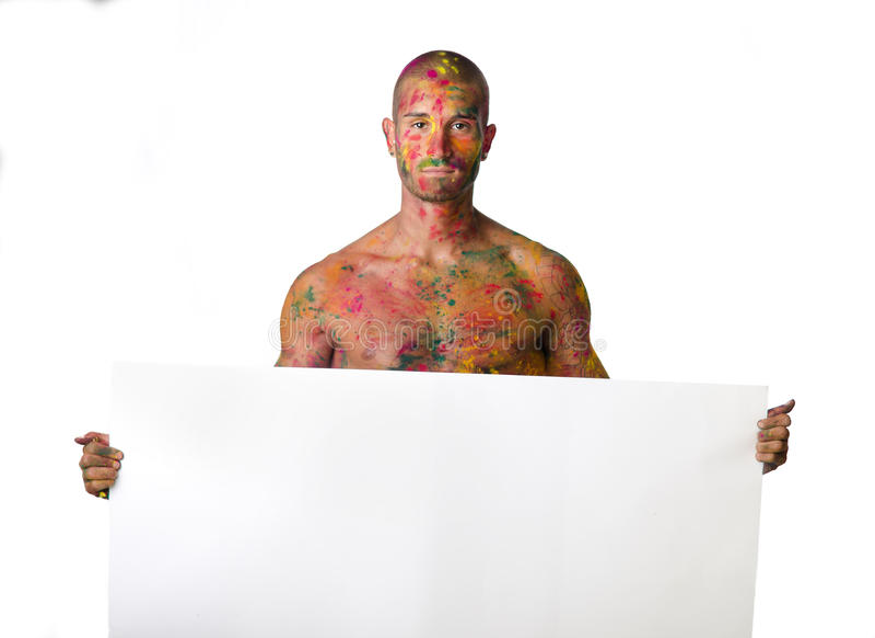 Без рубашки молодой человек при кожа покрашенная на всем держать пустой белый знак стоковая фотография rf