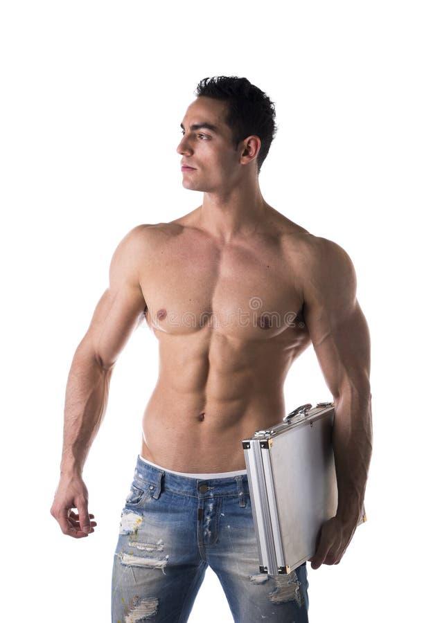 Без рубашки мышечный молодой бизнесмен нося портфель под его руку стоковое фото