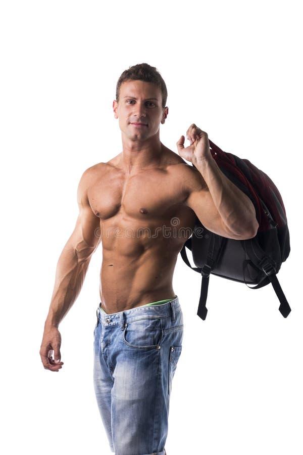 Без рубашки мышечный молодой человек с рюкзаком на его назад стоковые изображения