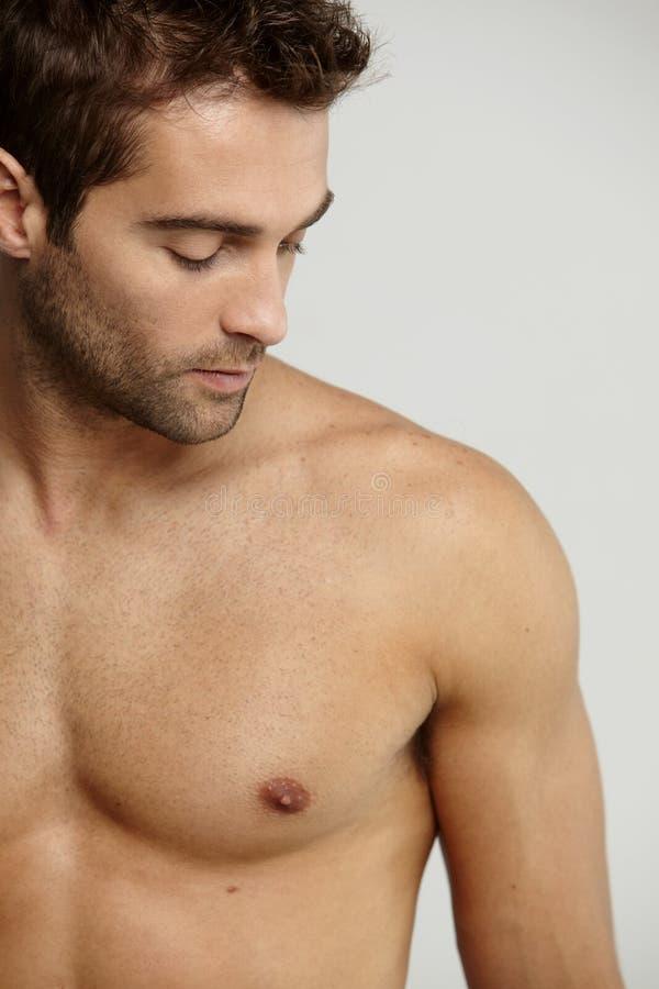 Без рубашки средний взрослый человек стоковая фотография rf