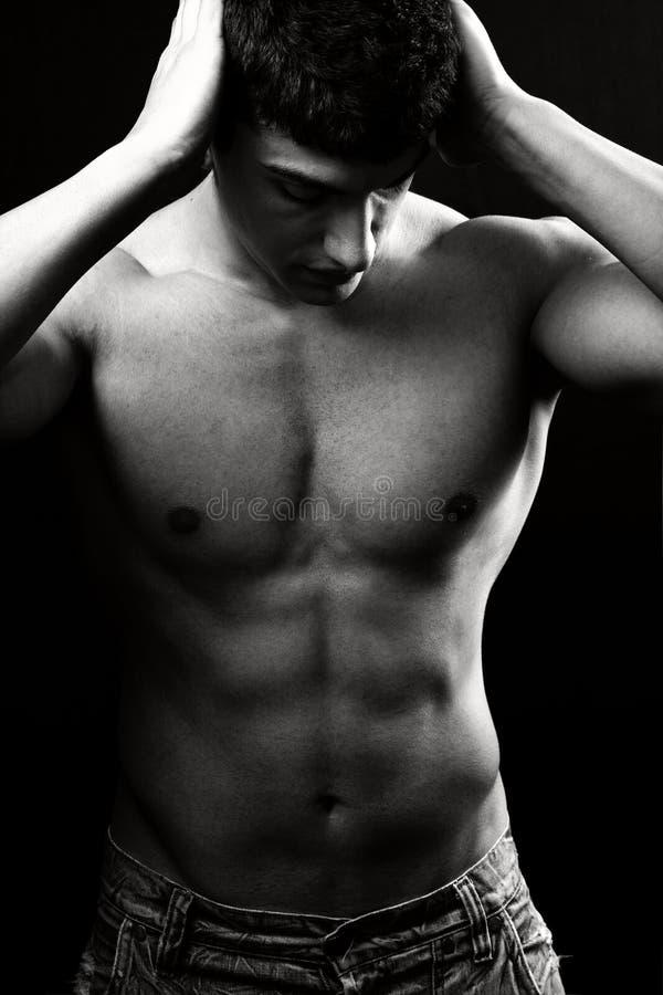 без рубашки человека мышечное сексуальное стоковые фото