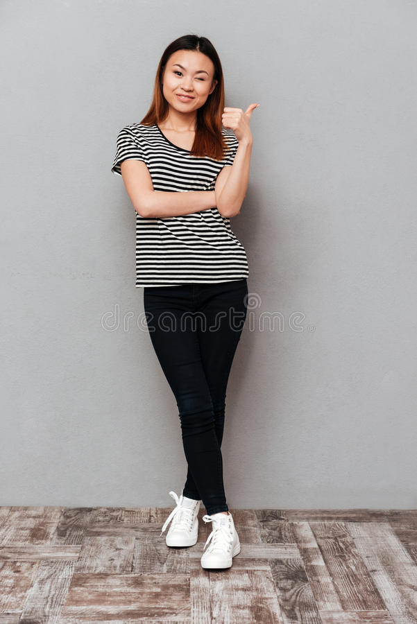 Без сокращений съемка азиатской женщины показывая большой палец руки вверх стоковая фотография