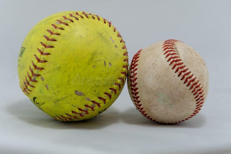 Бейсбол и софтбол на белой предпосылке стоковые изображения