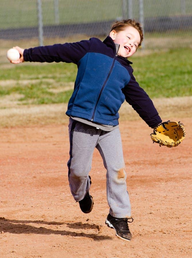 Бейсбол мальчика бросая стоковая фотография