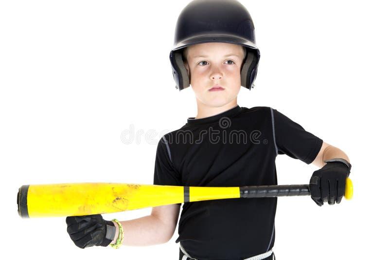 Бейсболист мальчика с его летучей мышью готовой для того чтобы bunt стоковая фотография