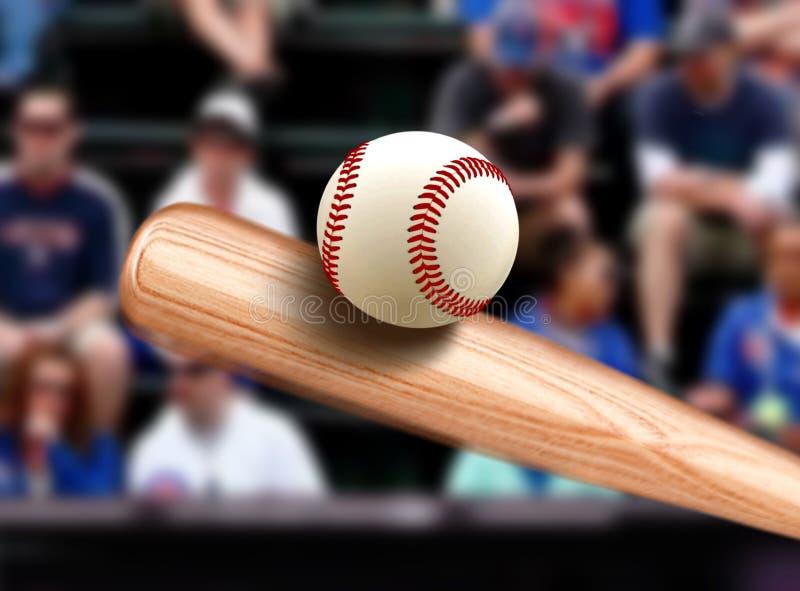 Бейсбольная бита ударяя шарик стоковые изображения rf