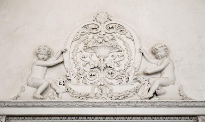 Белая абстрактная предпосылка гипсолита с ангелами стоковая фотография