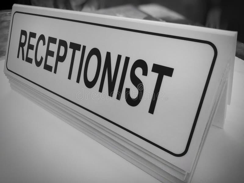 Белая акриловая доска со словами RECEPTIONIST стоковое изображение rf