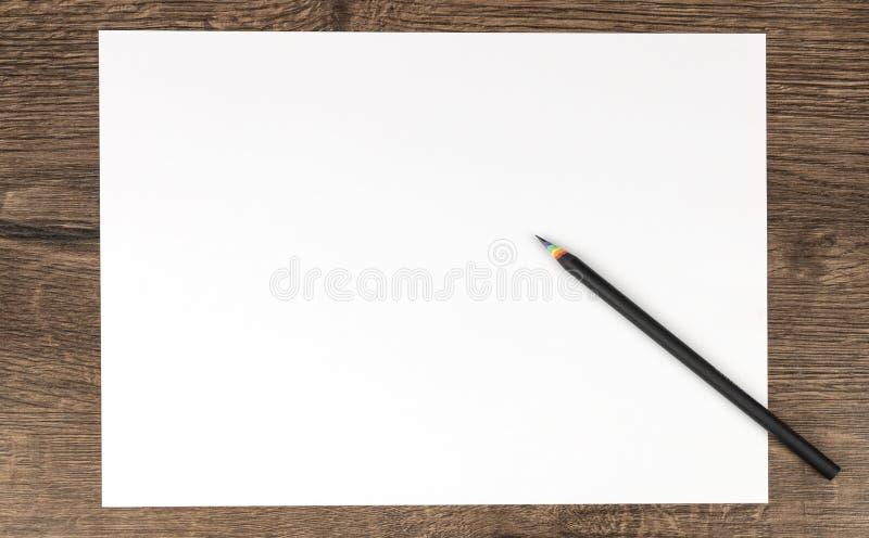 Белая бумага и черный карандаш стоковые изображения rf