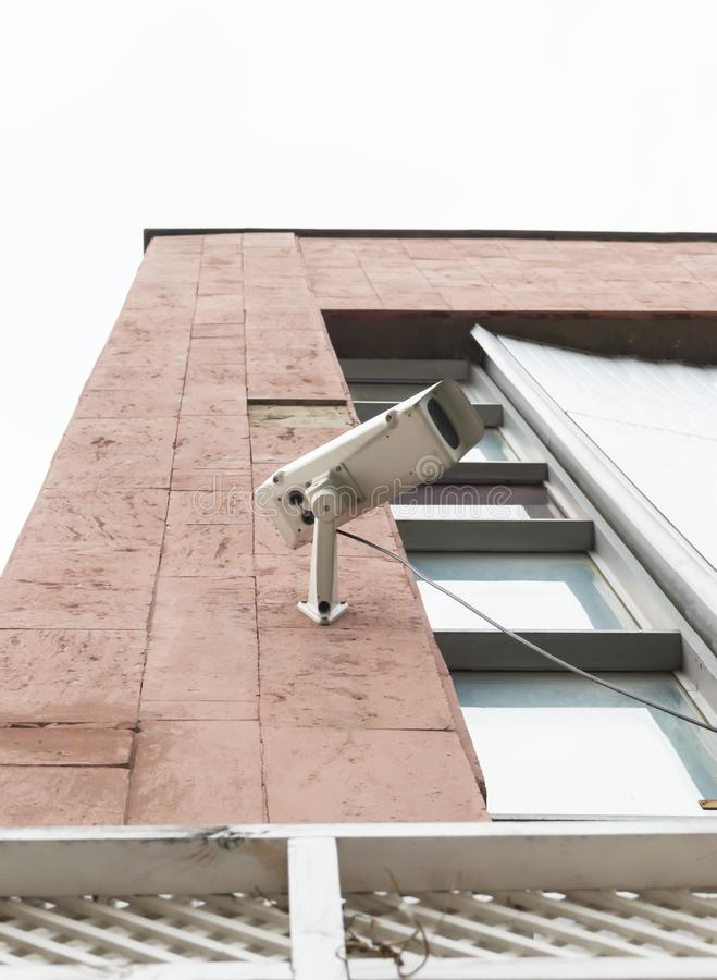Белая внешняя камера слежения на магазине CCTV на стене стоковое фото rf