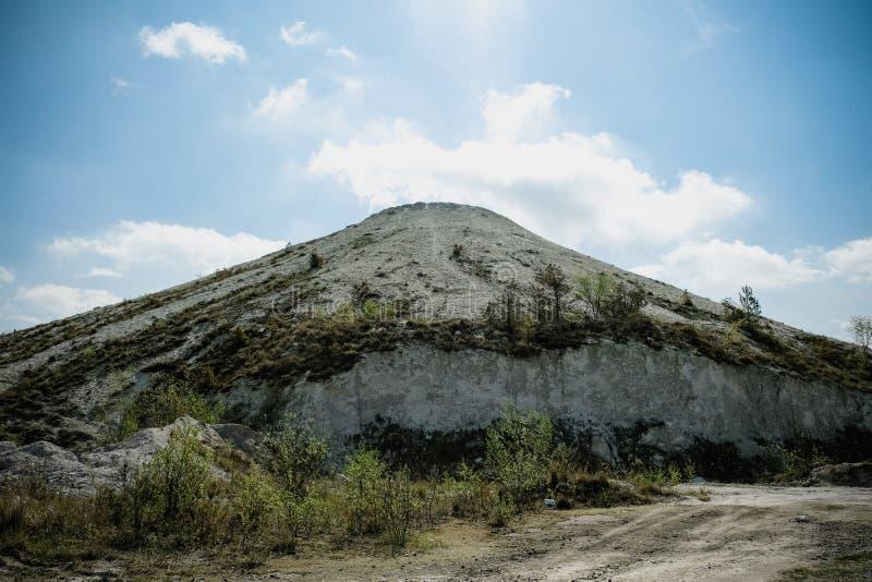 Белая гора - большое под открытым небом хранилище отходов phosphogypsum Футуристический стоковые изображения rf