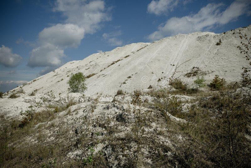 Белая гора - большое под открытым небом хранилище отходов phosphogypsum Футуристический стоковые фото