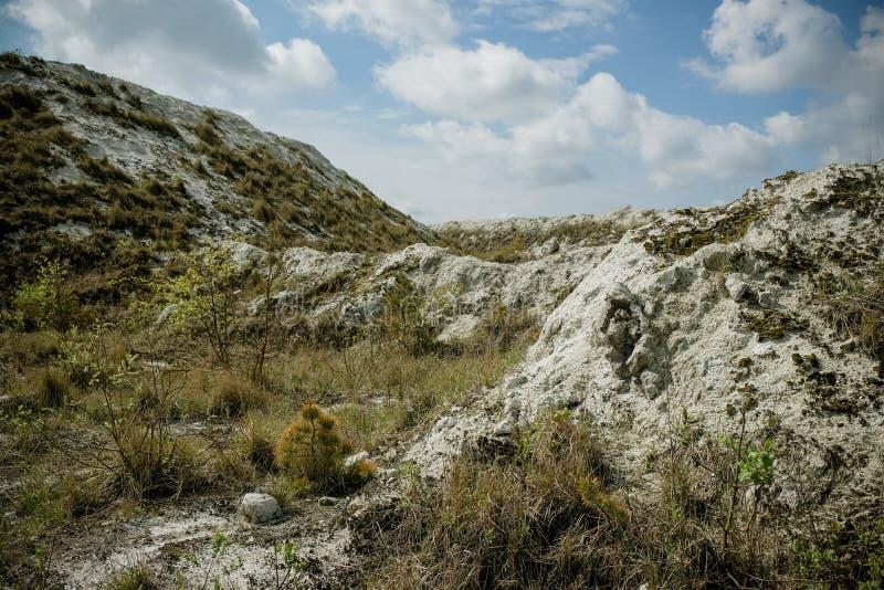 Белая гора - большое под открытым небом хранилище отходов phosphogypsum Футуристический стоковое фото rf