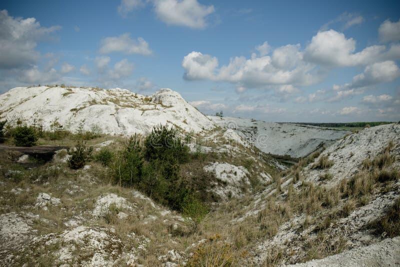 Белая гора - большое под открытым небом хранилище отходов phosphogypsum Футуристический стоковое изображение rf