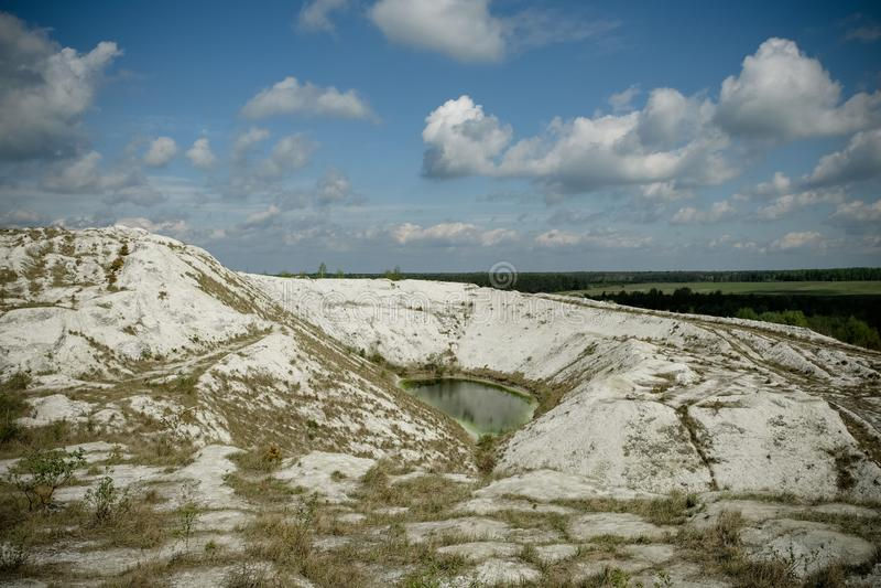 Белая гора - большое под открытым небом хранилище отходов phosphogypsum Футуристический стоковая фотография