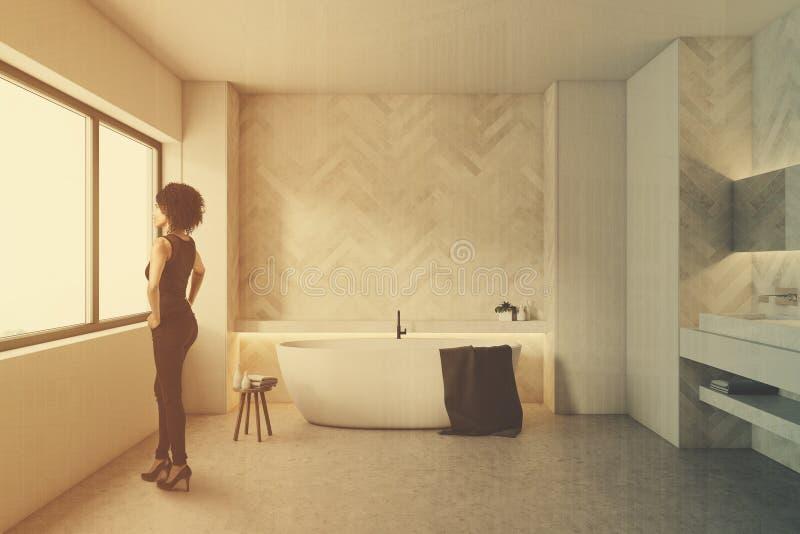 Белая деревянная ванная комната, круглый ушат, женщина бесплатная иллюстрация