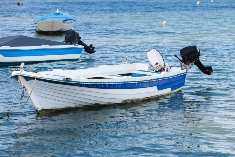 Белая деревянная моторная лодка рыбной ловли, Греция стоковое изображение rf