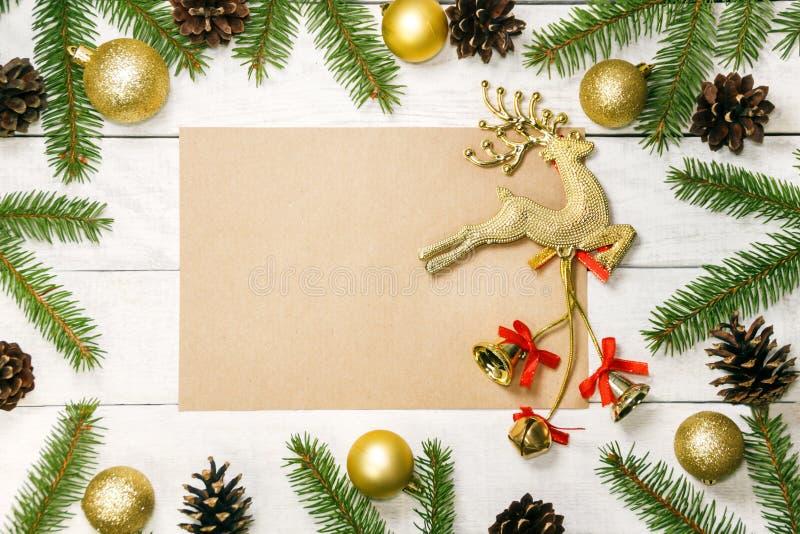 Белая деревянная предпосылка рождества Граница украсила ветви ели стоковое изображение