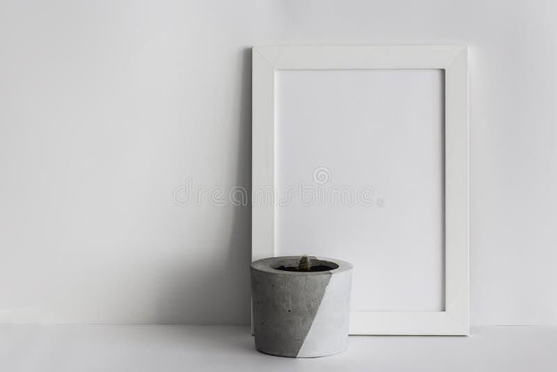 Белая деревянная рамка фото с в горшке кактусом стоковое фото