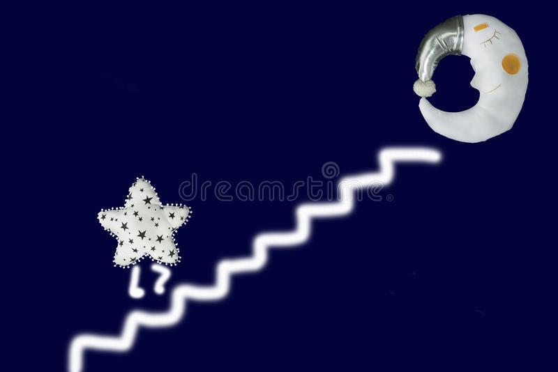 Белая звезда идет вверх по лестницам к луне спать в серебряном bonnet на предпосылке сини военно-морского флота стоковое изображение rf